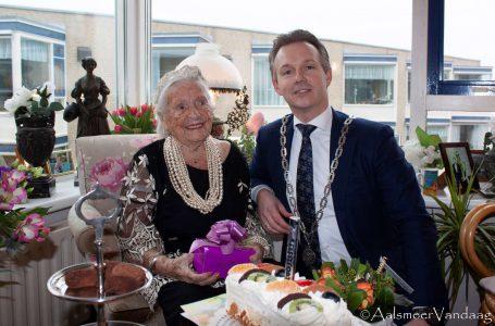 Meer koffie met gebak, mevrouw Van de Coolwijk 100 jaar