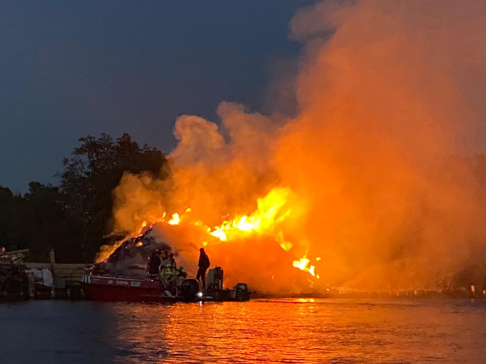 Brandweer te water voor eilandbrand